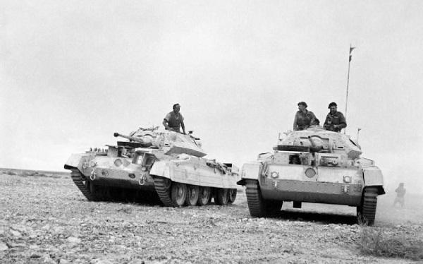 Британские танки пересекают пустыню в конце ноября 1941 года.